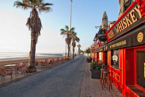 playa de regla trinity bar en el paseo chipiona